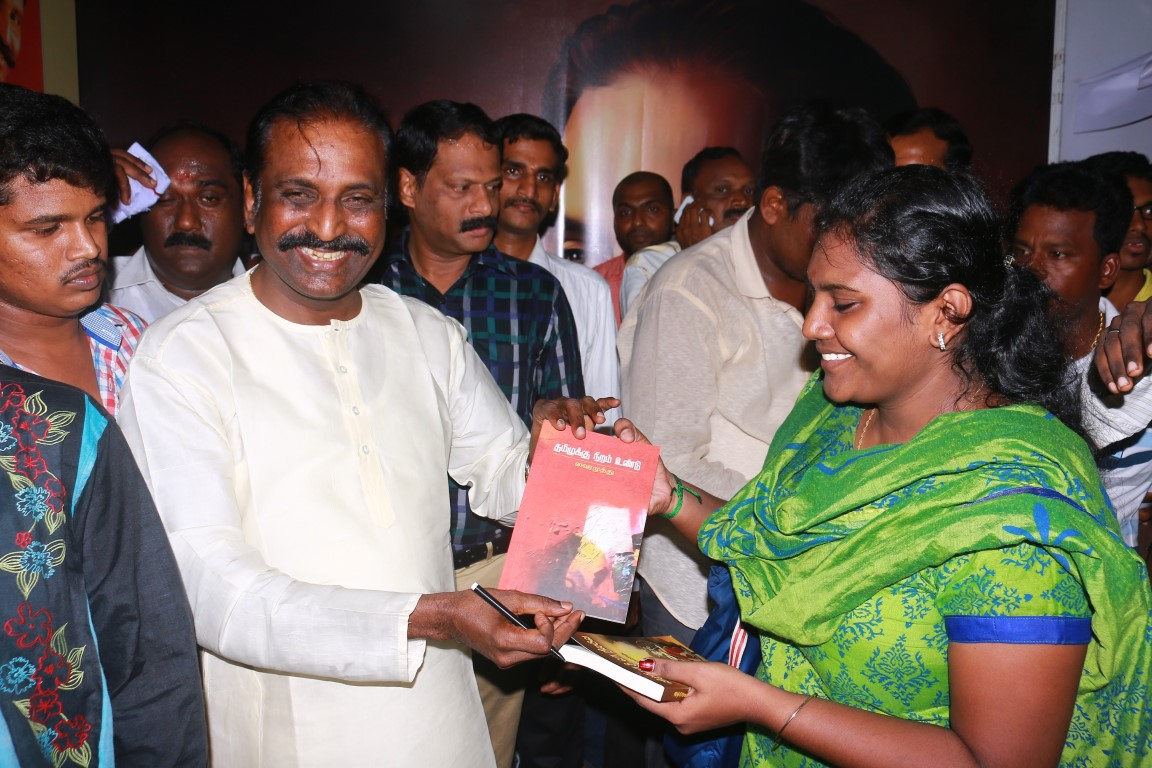 Kaviperarasu Vairamuthu Meets And Greets His Readers At Chennai Book