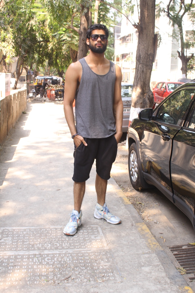 Karan Kapadia spotted outside his gym in Juhu (4)