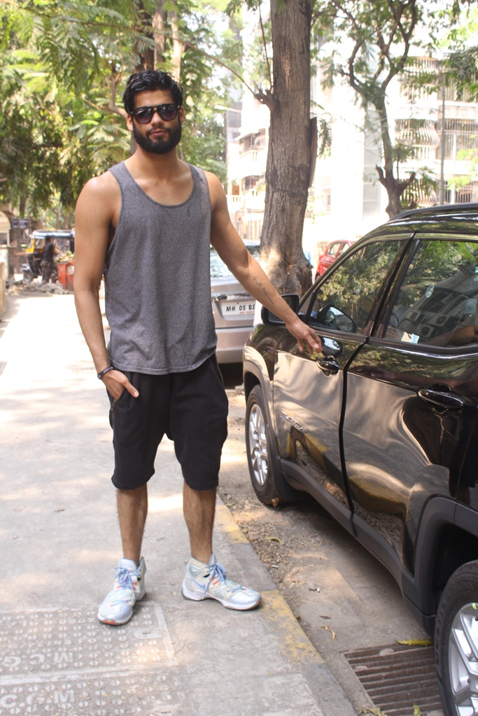 Karan Kapadia spotted outside his gym in Juhu (6)